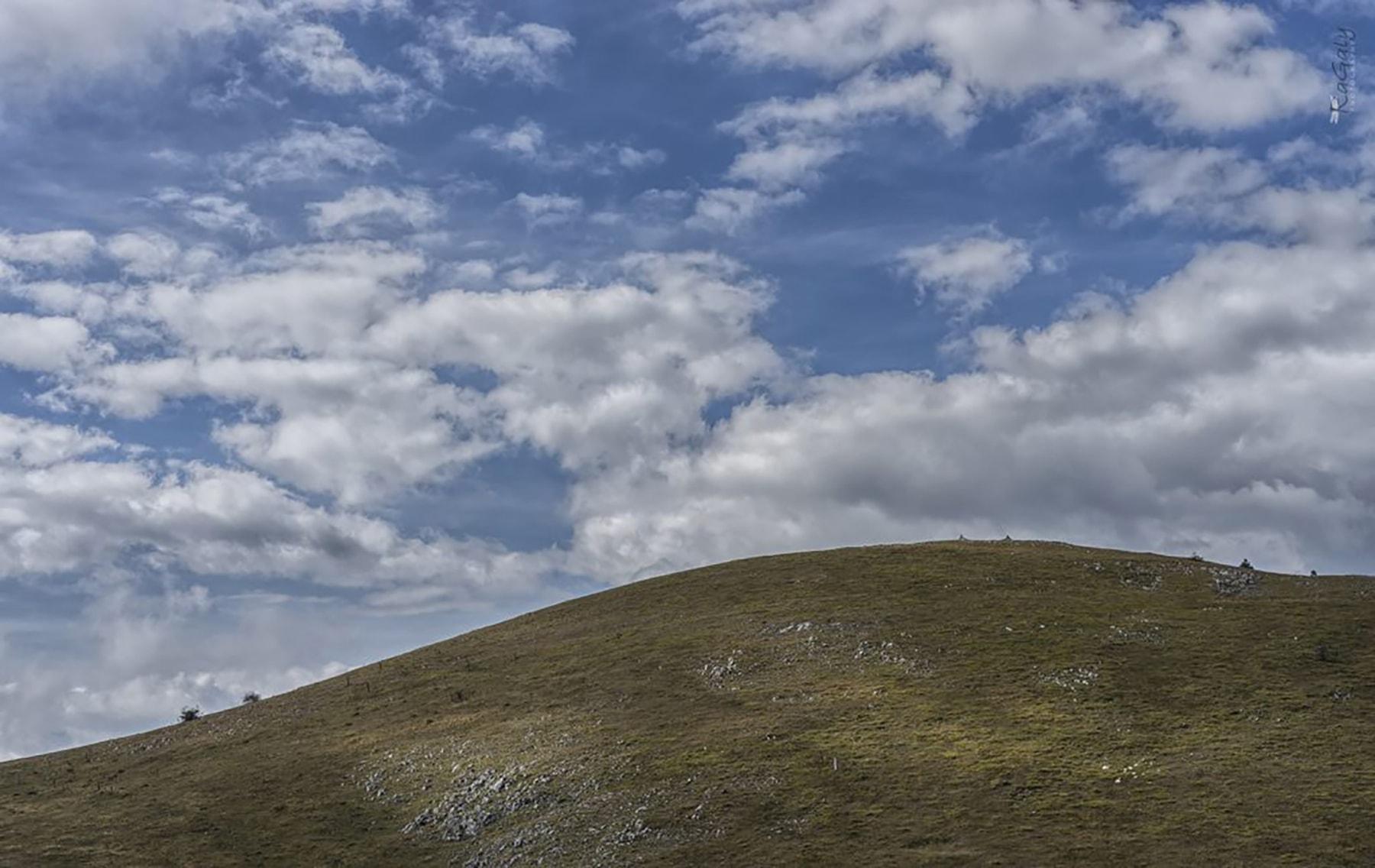 Пейзаж със синьо небе